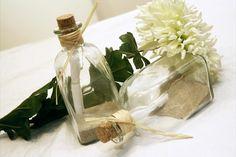 ¿Que os parece entregarles a vuestros invitados un mensaje muy especial?   Preparamos unas invitaciones en el interior de una botella, ideales para una boda en la playa...