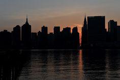 El fenómeno Manhattanhenge se produce dos veces al año cuando el sol, en su ocaso, se alinea casi hasta la perfección con las calles de la gran manzana.  Foto:AFP