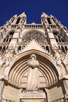 a statue de Jeanne D'Arc devant l'église Saint-Vincent-de-Paul (dite des Réformés, 1855 - 1886, architectes François Reybaud puis l'Abbé Joseph Pougnet) à Marseille