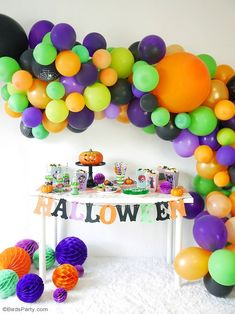 A Hotel Transylvania Halloween Movie Party with Free Printables - fun party decorations food and DIY costumes for a fang-tastic celebration! Costume Halloween, Fete Halloween, Halloween Movies, Halloween Birthday, Easy Halloween, Halloween Treats, Diy Costumes, Halloween Camping, Food Costumes