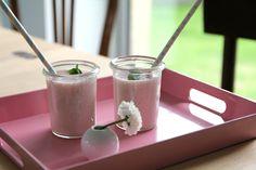 Recette du lassi à la fraise Liqueur, Lassi, Glass Of Milk, Food, Indian Recipes, Indian Cuisine, Syrup, Strawberry Fruit, Drinks