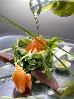 Rúcula con ahumados y aguacate - Recetas.   http://www.costatropicalevents.com/en/themes/gastronomy/andalusian-cuisine.html