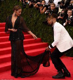 Стюардесса помогает звезда с длинным след ее Givenchy Haute Couture платье, прежде чем она...