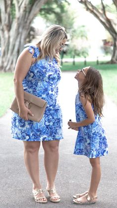 Fashion Tips Quotes Lilly Pulitzer Mommy and me outfits with blue Lilly prints swing dresses.Fashion Tips Quotes Lilly Pulitzer Mommy and me outfits with blue Lilly prints swing dresses Mothers Day Dresses, Mommy And Me Dresses, Mommy And Me Outfits, Boho Fashion Over 40, Cute Fashion, 90s Fashion, Fashion Trends, Fashion 2020, Korean Fashion