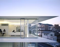 leibal:  Residence in Hiroshima is a minimalist house located in Japan designed by Kubota Architect Atelier. The penthouse apartment has extravagant views of the Hiroshima cityscape, and utilizes complete panoramic windows alongside the perimeter.