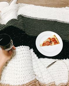 Love this kind of friday night ;) Sobre sextas-feiras possíveis;) #knit #knitting #knittersofinstagram #trico #tricot #handmade #pizza #blanket #wine #vinho #yarn