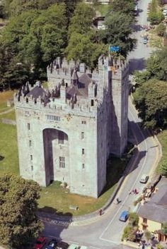 Located in County Clare, Bunratty Castle, one of Ireland's well-known castles, is Ireland's most complete standing medieval fortress. The castle consists of a main building with three floors and a great hall as well as two large square towers, which contain the rooms once used by the castle's residents. ◉ re-pinned by http://www.waterfront-properties.com/