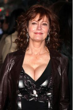 susan sarandon up close cleavage Beautiful Celebrities, Beautiful Actresses, Susan Sarandon Hot, Thelma Et Louise, Beautiful Old Woman, Sexy Older Women, Up Girl, Celebs, Top Celebrities