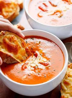 Sahnige gebratene Tomaten-Basilikum-Suppe - essen + trinken - to eat and drink - manger - Creamy fried tomato and basil soupSimple and creamy toasted tomato and basil soup with incredible flavors that are naturally thickened without the cream cheese or … Crock Pot Recipes, Tomato Soup Recipes, Chicken Recipes, Easy Recipes, Roasted Tomato Basil Soup, Roasted Tomatoes, Family Meals, Kids Meals, Easy Meals