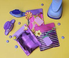 Mini Hediye Paketleri; Bu projemizde şekilgeçler ile çok basit ama çok şık bir hediye paketi hazırlayacağız. Kolye, bilezik vb. küçük ve ağır olmayan hediyeleriniz için ideal olacak bu paketleri yaparken çok eğleneceksiniz...
