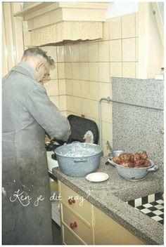 Oliebollen bakken en appelbeignets. Op oudejaarsdag emmers vol. Oud en nieuw werd groots gevierd met veel familie en vrienden, gezellig. Er werd (toen) niet op de calorietjes gelet! Good Old Times, The Good Old Days, Vintage Country, Retro Vintage, Vintage Posters, Vintage Photos, Holland, Dutch Recipes, Old Farm Houses