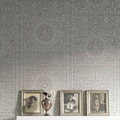 Ce papier peint gris/argenté est directement inspiré des décors du Moyen-Orient, le mélange des matières crée de jolis reflets au contact de la lumière permettant d'ajouter de la chaleur et plus d'ampleur dans votre pièce. De jolies rosaces indiennes directement posées sur vos murs avec un effet miroir grâce à la composition du métal.