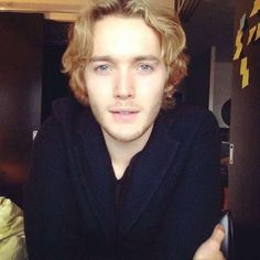 Is this a new picture? Mary Queen Of Scots, Queen Mary, Toby Regbo Reign, Reign Cast, Pretty People, Beautiful People, Aaron Johnson, Richard Madden, Pretty Men