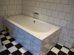 Inkaklat badkar, schackrutigt golv