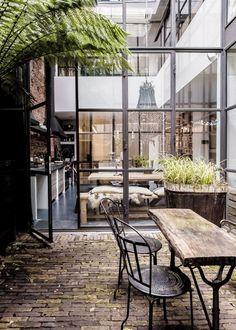 Qu'il s'agisse d'un balcon, d'une terrasse ou d'un jardin, à l'arrivée des beaux jours on aime soigner sa décoration d'extérieur pour en profiter le mieux possible. Offrir un toit à sa terrasse pour siroter un jus entre ombre et lumière, installer les transats au bord de la piscine, créer un coin repas apaisant, aménager un salon d'extérieur cosy au calme, … On a tous nos envies pour transformer notre espace de détente en havre de paix adapté à nos besoins pour se reposer, recevoir, prendre…