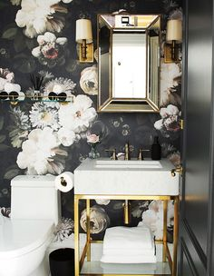 This Designer's European-Inspired Condo Will Give You Wanderlust - Ellie Cashman's iconic floral wallpaper in the principal bathroom draws the eye. Bathroom Drawing, Bathroom Canvas, Wall Paper Bathroom, Seashell Bathroom, Small Bathroom Wallpaper, Powder Room Wallpaper, Girl Wallpaper, Powder Room Design, Bathroom Pictures