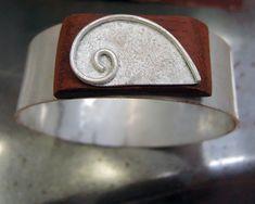 Diario aprendiz de joyero: Pulsera semirígida articulada con charnela y cierre de caja oculto Diy Jewelry, Cuff Bracelets, Craft, Book Jewelry, Jewelry Storage, Bracelets, Silver, How To Make, Crates