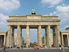 Toen wij er waren stond de Brandenburger Tor nog achter de Berlijnse muur. De doorgang naar Unter den Linden en Pariser Platz was niet mogelijk. (1982)