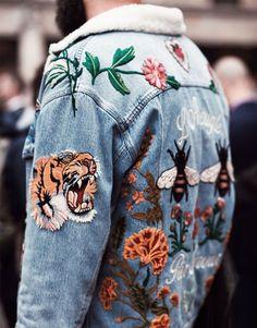 Customized Jeansjacke mit Tiger- und Blumenaufnäher