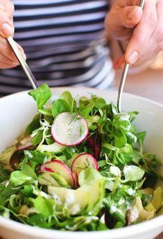 Sałatka obiadowa z roszponką - lekka, zdrowa oraz fit - MniamMniam.pl Tzatziki, Kefir, Caprese Salad, Sprouts, Spinach, Grilling, Healthy Recipes, Healthy Food, Vegetables