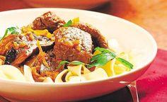"""Na svíčkovou Stroganoff podle Romana Pauluse si připravte nejmíň tři pánve, jinak je to ale stejná rychlovka, jak jste u tohoto jídla zvyklí. """"Je to vlastně minutkový guláš, maso tedy není potřeba dlouze dusit, klidně může zůstat uvnitř růžové,"""" říká michelinský šéfkuchař."""