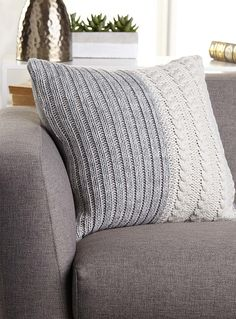 Knitting Patterns Pillow Kas Australia at Simons House. We like games in the mesh that add textures and warmth … Crochet Pillows, Crochet Cushion Cover, Knitted Cushions, Knitted Blankets, Knit Crochet, Sweater Pillow, Knit Pillow, Knitting Paterns, Knitting Projects