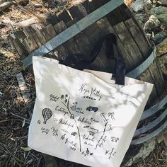 Our roomy Napa Valley Map Tote holds everything you need for a day of #winetasting adventures! Also available in Sonoma, Central Coast, Washington, and Willamette styles. Shop link in bio. #winecountry #winegift #winecountryliving #winecountrystyle #calli