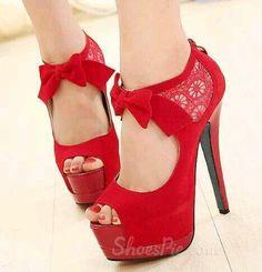 Chaussure rouge et glamour, parfaites pour impressionnée lors d'un premier rendez-vous! sa dentelle parfaite et son petit nœud raffiné rende votre chaussure unique ! #FiI
