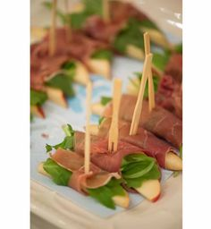 sliced pears, arugula, and prosciutto - Sophisticated Snacks Finger Food Appetizers, Appetizer Recipes, Wedding Appetizers, Fingers Food, Comidas Light, Healthy Snacks, Healthy Recipes, Detox Recipes, Appetisers