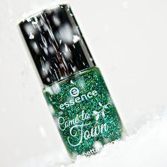 come to town - lametta topper #nailpolish #nails #picoftheday #amazing #green #glitter #glitternails #colourful #closeup #cosmetics #makeup #christmas #xmas #shopping #christmastree #snow #winter