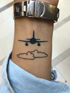 tatuajes de aviones pequeños en muñeca