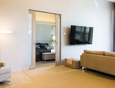 Parioviratkaisun avulla kaksi tilaa pystytään yhdistämään yhdeksi suuremmaksi kokonaisuudeksi. Tällöin kodin tunnelmaan saadaan tarvittaessa nopeasti intiimiä rauhallisuutta tai avaruutta ja liikkumisen vapautta. Avattuna ovilehti sulautuu täydellisesti seinään, antaen vaikutelman ovettomasta oviaukosta. Pocket Doors, Flat Screen, Furniture, Space, Home Decor, Blood Plasma, Floor Space, Decoration Home, Room Decor