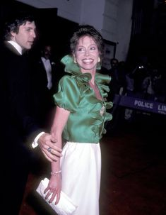 Mary Tyler Moore with husband Robert Laura Petrie, Mary Tyler Moore, Classic Tv, Her Smile, Love People, Popular Culture, Older Women, Movie Stars, Famous People