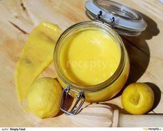 Do mísy umístěné do vodní lázně dejte máslo, cukr, citronovou kůru a šťávu a špetku soli. Míchejte tak dlouho, dokud se cukr dokonale...