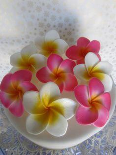edible sugar plumeria flowers pink and yellow set of 6 2400 via Etsy Ceramic Flowers, Clay Flowers, Sugar Flowers, Paper Flowers, Frosting Flowers, Fondant Flowers, Edible Flowers, Plumeria Flowers, Hawaiian Flowers