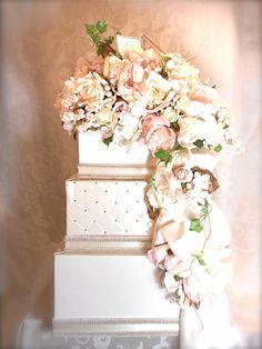 Urne à la forme de gâteau mariage