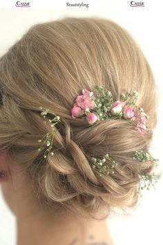 verspielter Dutt als Brautfrisur mit Blumen Braut Make-up, Cassie, Fashion, Moda, Fashion Styles, Fashion Illustrations