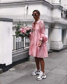oversized shirt dress and sneakers // street style Dress And Sneakers Outfit, Dress Outfits, Overalls Outfit, Outfit Work, Pink Sneakers, Casual Sneakers, Sneakers Fashion, Fashion 2020, Look Fashion