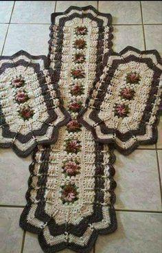 Jogo de cozinha em crochê contendo 2 tapetes de 80cm e 1 tapete de 120cm Floor Runners, Crochet Art, Doilies, Crochet Projects, Bohemian Rug, Lily, Quilts, Blanket, Knitting