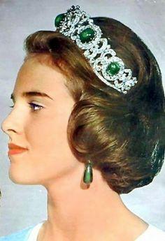 """Casa Real de Grecia - Tiara de Esmeraldas El aderezo se compone de una tiara de diamantes con cinco esmeraldas en forma de cabujón, unos pendientes de gota, y un gran broche con cinco """"gotas"""" desmontables."""