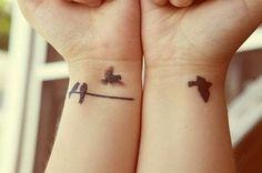 A tatuagem de andorinhas significa liberdade, poder voar. Outro significado para as tatuagens de andorinhas é ligado ao amor. Como as andorinhas são aves que possuem um único parceiro para toda sua vida, geralmente são feitas como simbologia para amor e lealdade a familia ou parceiros.