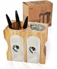 Voor al uw pennen, potloden of andere artikelen die een apart plekje verdienen op uw bureau in deze reuzen puntenslijper. Al ligt u bureau vol, weet u de vintage puntenslijper in reuzen formaat altijd te vinden. Een echte Design pennenbak - bureau organizer.