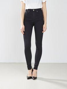 Super stretch jeans med extra høy midje fra Never Denim. Smale ben.  Svart