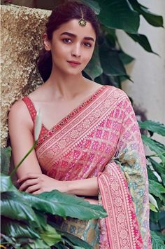 Alia Bhatt has been seen wearing one gorgeous Indian outfit after another for her movie promotions. Check all of Alia Bhatt's Indian Looks here with prices. Soft Silk Sarees, Chiffon Saree, Cotton Saree, Ethnic Outfits, Indian Outfits, Indian Clothes, Trendy Outfits, Alia Bhatt Photoshoot, Saree Photoshoot