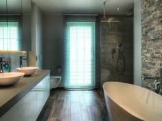 Prachtige badkamer met verschillende formaten en kleuren van vloer- en wandtegels