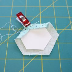 How to make English Paper Piecing hexagons tutorial! Quilting Tips, Quilting Projects, Hexagon Quilt, Hexagons, Paper Pieced Quilt Patterns, Japanese Quilts, English Paper Piecing, Quilt Tutorials, Sewing Patterns Free