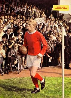 September Manchester United and Scotland inside forward Denis Law walking on to the pitch at Craven Cottage to play Fulham. Football Icon, Retro Football, Vintage Football, School Football, Football Soccer, Manchester United Images, Manchester United Football, Man Utd Squad, Denis Law