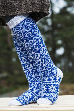 Novita järjesti alkusyksystä 2016 suunnittelukilpailun Suomen 100-vuotisjuhlan kunniaksi. Yleisöäänestyksessä voittajaksi äänestettiin Niina Laitisen kauniit Novita Nalle –langasta neulotut Finlandia –kirjoneulesukat. Diy Crochet And Knitting, Crochet Socks, How To Start Knitting, Knit Mittens, Knitting Socks, Hand Knitting, Cozy Socks, Fair Isle Knitting, Knitting Designs