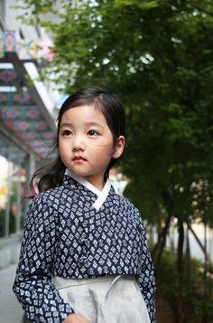 Girl in Korean traditional dress Korean Traditional Dress, Traditional Fashion, Traditional Dresses, Asian Kids, Asian Babies, Korean Dress, Korean Outfits, Asian Fashion, Kids Fashion