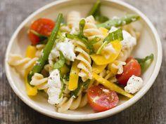 Pastasalat mit Bohnen, Feta und Tomaten - smarter - Zeit: 15 Min.   eatsmarter.de